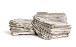 Packar av tidningar på en vit bakgrund Arkivfoto