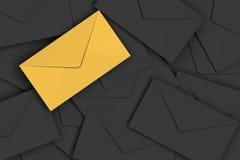 Packar det guld- kuvertet för storgubben på högen av svart bakgrund in Royaltyfria Foton