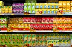 Packar för Aspetic fruktfruktsaft på supermarket Royaltyfri Fotografi
