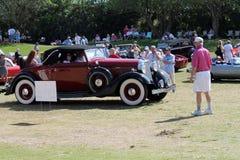 Packard classique conduisant sur le champ Photos libres de droits