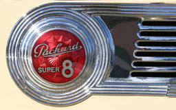 Packard toppen 8 klassiker Chrome Hood Badge Arkivbild