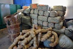 Packarna av det svarta kinesiska teet som är emballerat i bambukorgarna royaltyfri foto