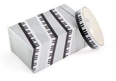 Packband mit Druck. Selbsthaftendes Kreppband für die Geschenkverpackung. Dekorativer Klebstreifen für verpackende Geschenke. Klav Stockfoto