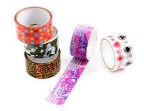 Packband mit Druck. Selbsthaftendes Kreppband für die Geschenkverpackung. Ein Satz des farbigen Packbands mit einem dekorativen Dr Lizenzfreie Stockbilder