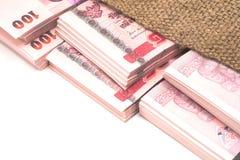 Packe av 100 bahtanmärkningar i åkerbruk säck Royaltyfri Foto