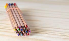 Packe av blyertspennor på en trätabell Royaltyfria Bilder