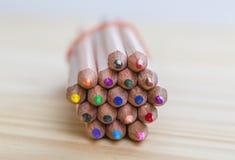 Packe av blyertspennor på en trätabell Royaltyfri Foto