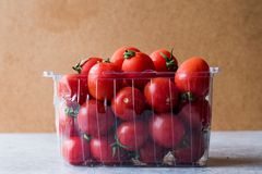 Packe av Cherry Tomatoes i plast- ask/behållare royaltyfria foton