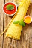 Packe av den torkade spagetti, tomatpassataen och ägget Arkivfoton