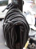 Packe av det hampamanila repet på järnpol bredvid vägen fotografering för bildbyråer