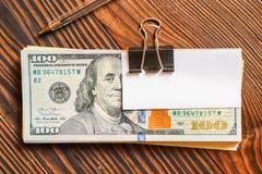 Packe av dollar och vitbokklistermärken på text eller text royaltyfria foton