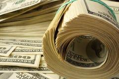 Packe av dollarräkningar arkivfoto