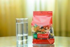 Packe av färgrika torra frukter på en glass tabell Royaltyfria Bilder