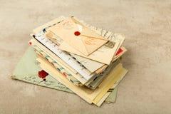 Packe av gamla bokstäver Arkivbilder