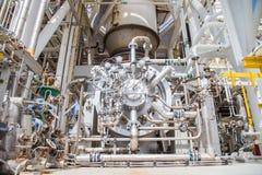 Packe av kompressorn för gasturbin och turbinmotorn på den frånlands- fossila bränslenplattformen royaltyfria bilder