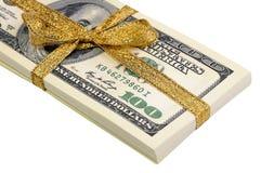 Packe av räkningar av hundra dollar som binds med ett guld- band dollar som isoleras på vitbakgrund Arkivbild