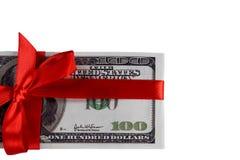 Packe av räkningar av hundra dollar som binds med ett rött band dollar som isoleras på vitbakgrund Royaltyfri Fotografi
