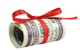 Packe av räkningar av hundra dollar som binds med ett rött band dollar som isoleras på vitbakgrund Royaltyfria Bilder