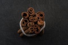 Packe av sikten för kanelbruna pinnar från överkant Arkivbilder