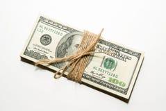 Packe av US dollarsedlar på över vit Royaltyfria Bilder