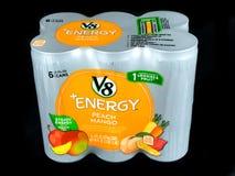 6 packe av V8 plus energi på en svart bakgrund Fotografering för Bildbyråer
