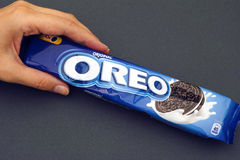 Packe för Oreo kakor i kvinnahand Royaltyfria Foton