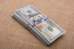 Packe för sedel för litet barnhand hållande av US dollar i hand Royaltyfri Foto