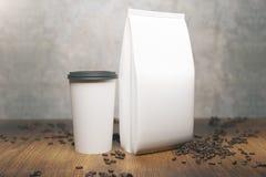 Packe och kopp för vitt kaffe stock illustrationer