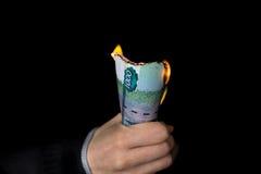 Packen av brinnande rubel i person's räcker horisontal royaltyfri fotografi
