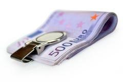 Packen av 500 eurosedlar fäster med pengar Fotografering för Bildbyråer