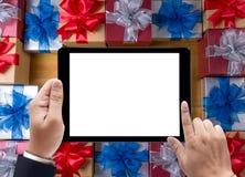 PACKEN Sie das Geschenk und kleines Geschenk ein, die eingewickelt werden, Geschenke und Weihnachten, Mann stockfotografie