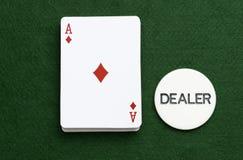 Packen som spelar kort, gör ett ess på chipen för diamantpokeråterförsäljaren Arkivbilder