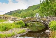 Packhorse bridżowy Watendlath Tarn Jeziorny Gromadzki Cumbria Anglia UK Obrazy Royalty Free