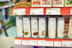Packing of tea on supermarket shelves Royalty Free Stock Photos