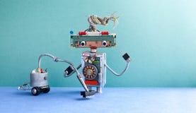Packning för dammsugaremaskinrobot Automatisera begreppet för lokalvårdrumservice Idérik designleksakcyborg, futuric gräsplan Royaltyfria Foton