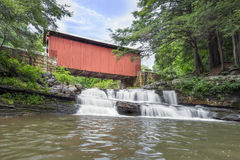 Packsaddle täckte bron och vattenfallet arkivfoto
