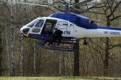 PACNIĘCIE wojownicy na helikopterze policyjnym AS-355 Zdjęcie Royalty Free