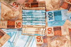 Pacote brasileiro do dinheiro com 50 e 100 notas Fotografia de Stock Royalty Free