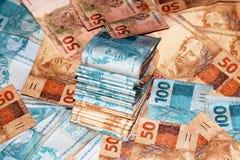 Pacote brasileiro do dinheiro com 100 e 50 notas dos reais Foto de Stock