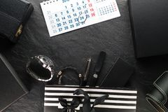 Pacote com uma curva preta e com presentes e um pulso de disparo, várias caixas, calendário Imagens de Stock Royalty Free