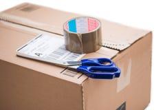Pacote da caixa de cartão, conceito de envio: Preparando-se para a entrega, isolado imagens de stock