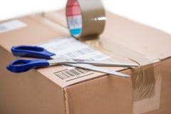 Pacote da caixa de cartão, conceito de envio: Preparando-se para a entrega, isolado imagem de stock