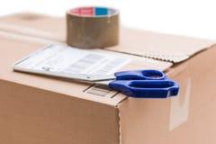 Pacote da caixa de cartão, conceito de envio: Preparando-se para a entrega, isolado fotos de stock royalty free