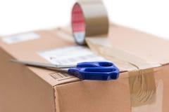 Pacote da caixa de cartão, conceito de envio: Preparando-se para a entrega, isolado foto de stock royalty free