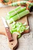Pacote de hastes e de faca verdes frescas do aipo Fotos de Stock