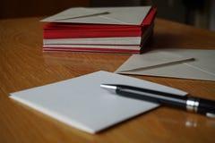 Pacote de vermelho e de envelopes (perolados) da prata Fotos de Stock