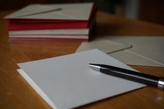 Pacote de vermelho e de envelopes (perolados) da prata Fotografia de Stock