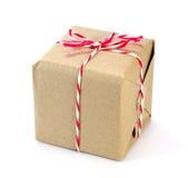 Pacote do papel de Brown amarrado com corda vermelha e branca Fotografia de Stock