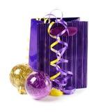 Pacote do presente com baubles do xmas Imagens de Stock Royalty Free