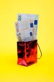 Pacote do presente com dinheiro Foto de Stock